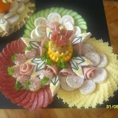 Party Trays, Party Platters, Food Platters, Meat Trays, Serbian Recipes, Vegetable Carving, Food Carving, Food Garnishes, Food Displays