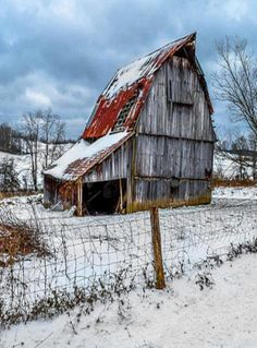 One of the best old barn pics that I've ever seen! Iwish I had more info, thouh. - Beautiful Classic And Rustic Old Barns Inspirations No 46 Old Buildings, Abandoned Buildings, Abandoned Places, Abandoned Castles, Abandoned Mansions, Farm Barn, Old Farm, Country Barns, Country Life