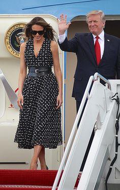 Мелания Трамп Стоит ли в очередной раз говорить, что к нарядам Мелании Трамп сейчас приковано повышенное внимание. Каждый выход первой леди США активно обсуждается в сети, а критики уже взяли за правило придираться к какой-либо мелочи: то каблук на два сантиметра выше положенного, то цвет платья не совпадает с цветотипом миссис Трамп.