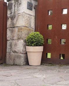 Maceta alta arena (terracota) -  Arena tall pot (terracotta) #decoracion#decor#home #homeandgarden#florist#floristeria #instadecor#pottery#casa#casayjardin #pot#decoration#deco#ceramics #ceramica #jardin#macetas #housedecor#florista#plantas#plants #plantbox #jardineria #cachepot #terracotta #gardencenter #garden #vivero #homedesign #myhome  Medidas - Size cm. 31 (Ø315x358 h.) kg. 710 cm. 35 (Ø352x398 h.) kg. 890 cm. 40 (Ø402x453 h.) kg. 1180 cm. 50 (Ø505x558 h.) kg. 2240…