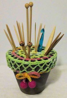 Crochet Crafts with Terracota pots , storing knitting needles and crochet hooks… Crochet Home, Love Crochet, Crochet Crafts, Crochet Yarn, Yarn Crafts, Crochet Stitches, Crochet Tools, Crochet Doilies, Yarn Projects