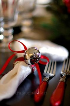 Neat idea for Christmas napkin rings or around the foot of a wine glas Noel Christmas, Little Christmas, Christmas Colors, All Things Christmas, White Christmas, Christmas Crafts, Classy Christmas, Christmas Table Settings, Christmas Tablescapes