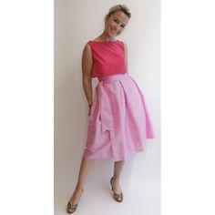Wickelrock aus Seide in pink mit rotem crop top. Der Wickelrock lässt sich stufenlos verstellen und passt daher Frauen von Größe 34 bis 42 Schneider, Crop Tops, Pink, Shopping, Dresses, Fashion, Dresses For Graduation, Silk, Products