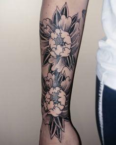"TORG on Instagram: ""🌑Work in progress🌑 . . . . .  #peony  #peonytattoo  #japanesestyle  #japantattoo  #blackwork  #blackandgrey  #flowerstattoo  #tattoodraw…"" Japan Tattoo, Peonies Tattoo, Flower Tattoos, Blackwork, Black And Grey, Peony, Instagram, Tattoo Japanese, Tattoos Of Flowers"