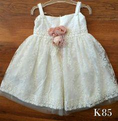 054598acb20 Βαπτιστικά ρούχα για κορίτσι · Βαπτίστικα ρούχα για κοριτσάκι ρομαντικά  vintage σε κλασική γραμμή με λευκή δαντέλα και λουλουδακι σε χρώμα