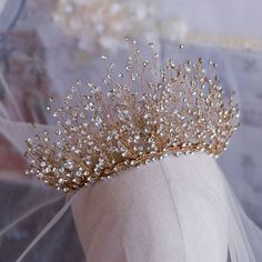 wedding hair with tiara Luxus / Herrlich Gold Haarschmuck Braut 2019 Metall Strass Diadem Hochzeit Brautaccessoires Cute Jewelry, Hair Jewelry, Wedding Jewelry, Diamond Tiara, Bridal Crown, Bridal Tiara, Fantasy Jewelry, Tiaras And Crowns, Royal Tiaras