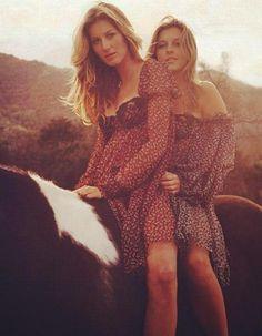On a tendance à l'oublier, mais Gisele Bündchen a une sœur jumelle. Si la sœur en question, Patricia, n'est pas mannequin, elle n'en est pas moins inséparable de Gisele. http://www.elle.fr/People/La-vie-des-people/News/Gisele-Buendchen-et-sa-soeur-jumelle-fetent-leurs-34-ans-2736158