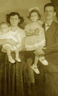 Meus avós maternos, Nelson de Oliveira e Rosita Burlamaque de Oliveira, com minha mãe e meu tio.