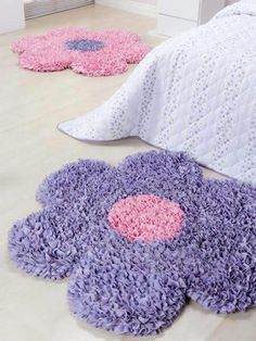 Frufru- Rugs Step by Step and Beautiful Ideas – Rug making Diy Pom Pom Rug, Pom Pom Crafts, Yarn Crafts, Tapetes Diy, Wiggly Crochet, Childrens Rugs, Latch Hook Rugs, Diy Arts And Crafts, Diy Crafts