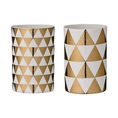 Sätt guldkant på tillvaron med de trendiga ljuslyktorna med harlequinmönster i guld från Bloomingville. Lyktorna är tillverkade i keramik och har en enkel design som går att mixa och matcha med andra inredningsdetaljer från Bloomingville!