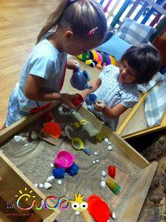 La cuca, espai de criança: Sorra a la taula sensorial