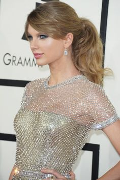 #TaylorSwift wears a beautiful pair of diamond earrings to the 2014 #Grammys