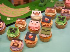 Minecraft birthday cake (and cupcakes) Cupcakes Minecraft, Minecraft Birthday Cake, Minecraft Party, Toy Art, Mesa Minecraft, Minecraft Ideas, Bolo Mine Craft, Cupcake Toppers, Cupcake Cakes