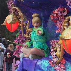 Don't forget to say hi to Tinkerbell when you've seen the Magic on Parade in #Disneylandparis