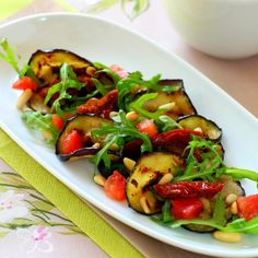 Roasted eggplant salad with arugula - translate Grilled Vegetable Salads, Grilled Vegetables, Healthy Salads, Roasted Eggplant Salad, Roast Eggplant, My Recipes, Favorite Recipes, Grubs, Arugula