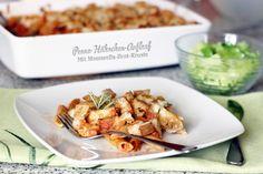 Penne-Hähnchen-Auflauf mit Mozzarella-Brot-Kruste. In pikanter Rosmarin-Tomatensoße, mit Ziegenfrischkäse. Knusprig und sehr lecker.