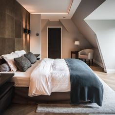 Luxe visgraat vloer, groot model van hout. Onder andere in de woonkamer, slaapkamer en keuken. Bekijk het project van Nobel Flooring hier.  Comfy Bedroom, Home, Bedroom Inspirations, Home Bedroom, Bedroom Interior, Interior Design Bedroom, Bedroom Decor, Bedroom, Sleeping Room