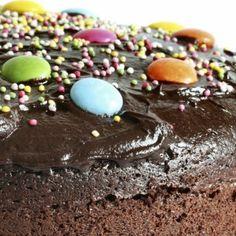 moelleux ou gateau au chocolat décoré de smarties et bonbons