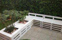 hochbettpflanzen und gartenmöbel aus paletten in weiß