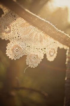 DIY Craft Project: How to Create Rustic Bunting {Burlap, Lace and Tweed} Doily Bunting, Bunting Garland, Garlands, Buntings, Diy Craft Projects, Craft Tutorials, Craft Ideas, Diy Wedding, Rustic Wedding