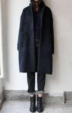 Schwarzer Mantel, Boyfriend-Jeans in dunkler Waschung, Jeans, Stiefeletten, schwarzes Hemd – Swell Made Co. Looks Street Style, Looks Style, Style Me, Black Style, Girl Style, Look Fashion, Womens Fashion, Fashion Boots, Fashion Mode