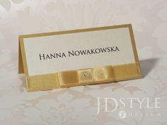 Piękne winietki ślubne z elementami złota, dekorowane kokardką z cyrkonią, najwyższej jakości rękodzieło.