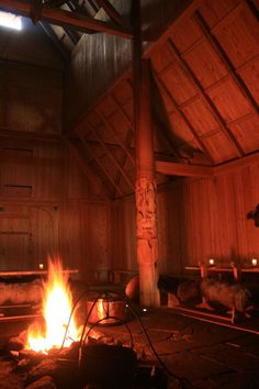 Generally, zero windows were used in the home. The roof would incorporate some smoke holes over the central firepits. Casa Viking, Viking Hall, Viking House, Viking Life, Fantasy Forest, Medieval Fantasy, Halle, Mead Hall, Viking People