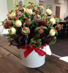 Now THIS is our idea of a Christmas pudding! Our Adelaide team created this festive cake pop bloom especially for a customer.