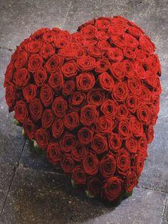 1001. 'Sweet Heart' Hartvormig arrangement opgestoken met grootbloemige 'Red Naomi&#0