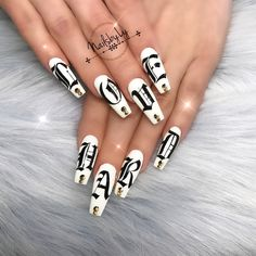 Here is a tutorial for an interesting Christmas nail art Silver glitter on a white background – a very elegant idea to welcome Christmas with style Decoration in a light garland for your Christmas nails Materials and tools needed: base… Continue Reading → Dope Nails, Nails On Fleek, Cute Acrylic Nails, Acrylic Nail Designs, Hair And Nails, My Nails, Nails 2018, Birthday Nails, Perfect Nails