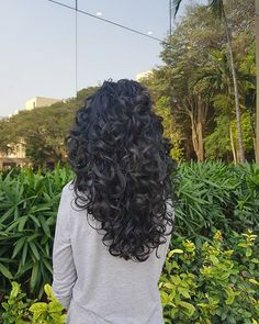 Do you like your wavy hair and do not change it for anything? But it's not always easy to put your curls in value … Need some hairstyle ideas to magnify your wavy hair? Curly Hair Tips, Curly Hair Styles, Long Layered Curly Hair, Curly Hair Layers, Layered Curls, Curly To Straight Hair, Dark Curly Hair, Curly Girl, Long Curly Haircuts