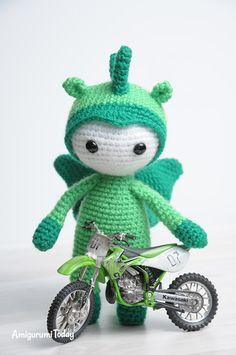 Muñeca de Amigurumi en el patrón del traje del dragón