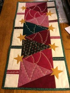 Patchwork navidad mesa 64 New Ideas Table Runner And Placemats, Table Runner Pattern, Quilted Table Runners, Machine Quilting Designs, Quilting Projects, Quilting Ideas, Christmas Sewing Projects, Christmas Crafts, Christmas Trees