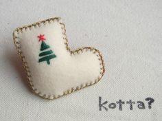 クリスマスも近いことですし、こんなの作ってみました。くつしたの形のブローチです。フェルトに刺繍をしています。裏地の内側に厚紙を張り付け、補強をし、綿を詰めてあ...|ハンドメイド、手作り、手仕事品の通販・販売・購入ならCreema。