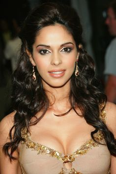 Mallika Sherawat is very stunning Women and Actress in Bollywood era. She is very sexy and bold in every look and she has very exclusive designs of jewellery also. Hollywood Heroines, Hollywood Actresses, Hot Actresses, Indian Actresses, Cute Fashion, Fashion Beauty, Divas, Mallika Sherawat Hot, Bollywood Makeup