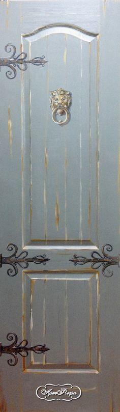 Серая дверь со львом - стучалкой, 15000 рублей