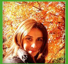 A atriz Giovana Antonelli usou a técnica Sunset, nessa técnica a raiz é preservada e as mechas são feitas em locais estratégicos, o resultado é mais homogêneo, os reflexos mais claros se misturam à cor natural criando assim pontos de luz. ##cabelos #mechas #reflexos #natural #fios #look #loucasporcabelo #tutanat
