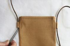 スマホショルダーポーチ(ポシェット)の作り方 | nunocoto fabric Korean Bags, Japanese Sewing Patterns, Craft Bags, Needlework, Textiles, Kawaii, Tote Bag, Fabric, How To Make