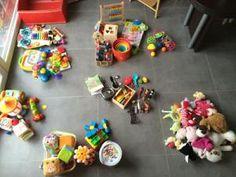 Organiser la rotation des jouets de Bébé [Montessori-à-ma-sauce] • Hellocoton.fr Art Montessori, Montessori Education, Montessori Toddler, Baby Education, Kid N Play, Baby Play, Baby Learning, Thing 1, Baby Milestones
