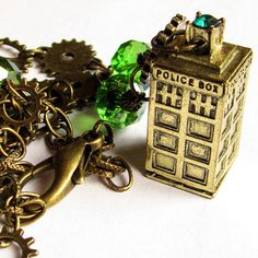 With Peter Capaldi, the twelfth doctor, Doctor Who adapted a more steampunk influenced style. And that is just awesome! This antique bronze colored Tardis necklace adorned with green glass crystals and gears is made to celebrate one of my favorite doctors! :)  The gorgeous bronze/golden colored 3D Tardis pendant comes with a 52cm long chain and has a quality lobster claw clasp. Lenght is adjustable. The Tardis measures 3,4 cm in height, and has a green rhinestone on top.