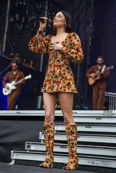 21 Times Kacey Musgraves Gave Us Butterflies in 2019 OCTOBER Singer-songwriter Kacey Musgraves performs onstage during weekend two, day three of Austin City Limits Music Festival 70s Outfits, Hippie Outfits, Mode Outfits, Fashion Outfits, Fashion Trends, Fashion Fashion, Singer Fashion, Fashion Jobs, Frock Fashion