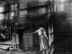 Tostadores, cocción de sardiña. Fábrica nova de Bueu, Copia Barreiro   Preparing the sardines, new factory in Bueu. Barreiro print, ca. 1926