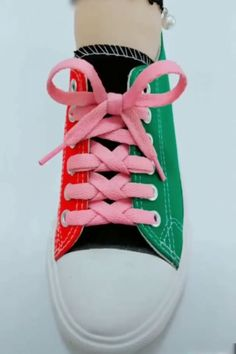 The one-handed lacing concept is ideal for shoes with either small eyelets or fat shoelaces. It is very easy (especially compared to the ladder lacing style mentioned above) and is a bit looser than other lacing styles. Ways To Lace Shoes, How To Tie Shoes, Lace Up Shoes, Diy Fashion, Ideias Fashion, Mens Fashion, Fashion Tips, Shoe Lacing Techniques, Creative Shoes