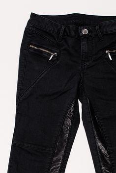 AJC Röhrenhose mit Lederimitat-Einsatz. Ihr liebt den Biker-Style? Wir auch! Und deshalb haben  wir auf diese Hose mal einen genaueren Blick geworfen.  Der körperbetonte Slim-Fit-Schnitt mit Stretchanteil macht  jede Bewegung mit – und die modischen Details wie die  aufgesetzten Zipper-Taschen oder der coole Lederimitat- Einsatz an den Beinen begeistern uns ebenfalls. Diese Hose  rockt einfach!