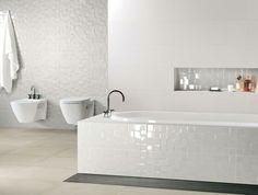 carrelage céramique blanc salle de bain aménagement toilettes serviette design appartement