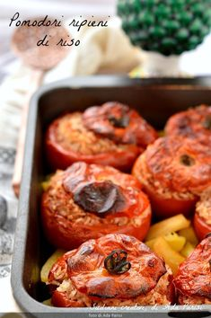 Pomodori ripieni di riso, cotti al forno. Una ricetta tipica della cucina romana, leggera e perfetta per le cene estive. Pomodori ripieni di riso (alla romana) – SICILIANI CREATIVI IN CUCINA Baked stuffed vegan tomato #tomato #tomatorecipes #stuffed #pomodori #pomodoriripieni #vegan #veganrecipes #veganerezepte #veganbacken #vegano #vegetarianrecipes #vegetalien #piattiunici #riso #rice #ricettefacili Gnocchi Dishes, Keto Recipes, Vegetarian Recipes, Italian Vegetables, High Fat Foods, Keto Meal Plan, Rice Dishes, Antipasto, Eating Plans