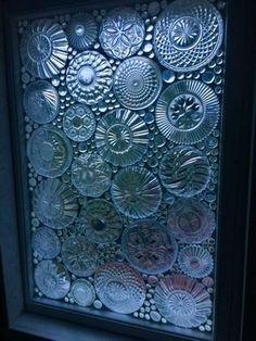 """Marikan ideaa ylistetään somessa - vanhat lautaset saivat uuden elämän ikkunassa: """"Miten tuo on tehty?"""" Mosaic Windows, Glass Fusing Projects, Broken Glass Art, Mandala Art Lesson, Jar Art, Glass Garden Art, Mosaic Crafts, Window Art, Stained Glass Patterns"""