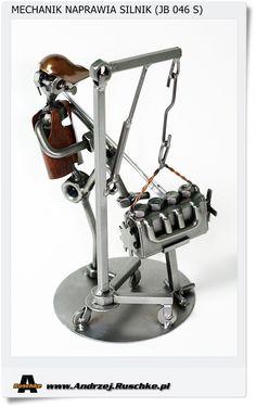 Jak Mechanik naprawia silnik. Metalowa figurka na prezent dla mechanika