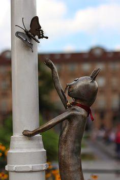 Scultura di Rodolfo. Vieni sul mio cuore innamorato, mio bel gatto: trattieni i tuoi artigli e lasciami sprofondare nei tuoiocchi belli, misti d'agata e metallo.( Charles Baudelaire)