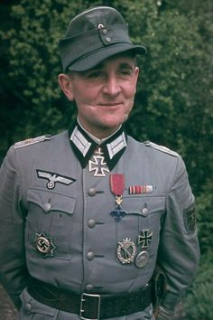 Major d.R. Wilhelm Schöning (1908-1987), Führer Panzergrenadier Regiment 66, Ritterkreuz 07.02.1944, Eichenlaub (707) 21.01.1945. He bears the scars of fighting on his battle-hardened face with pride in this photo